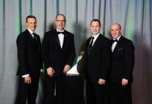 MANN+HUMMEL Otomotiv OEM ve Endüstriyel Filtrasyon Grubu Başkanı Kai Knickmann ödülü GM'den sorumlu Kıdemli Müşteri Yöneticisi Bill Peers ile birlikte aldı.
