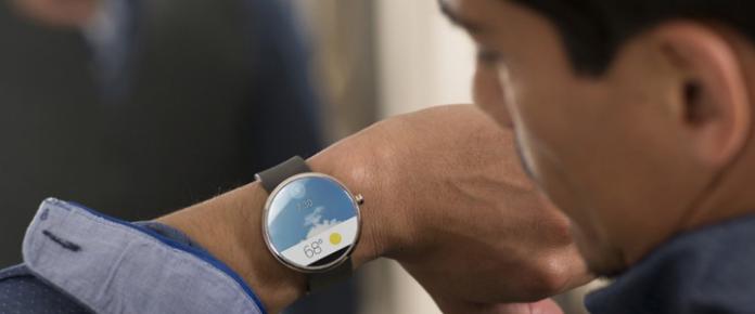 Android Wear'ın sunduğu tüm özellikleri barındıran Moto 360; tarih, saat, yer gibi değişkenleri değerlendirerek önemli olan bilgileri kullanıcısına bildiriyor.