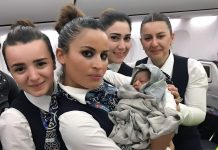 Türk Hava Yolları Ouagadougou istasyon yetkililerimiz bebek ve anneyle yakından ilgilenmektedir.